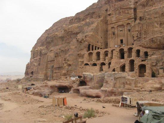 Petra: вырубленные в скале городские помещения. напротив амфитеатра. петра.