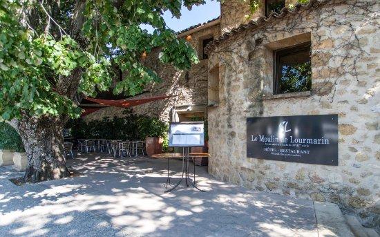 Le Moulin: Entrée du Moulin, côté Château