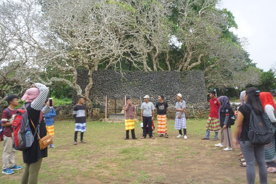 Liya Togo Traditional Village: Visitor have to use sarong when visiting Liya Togo.