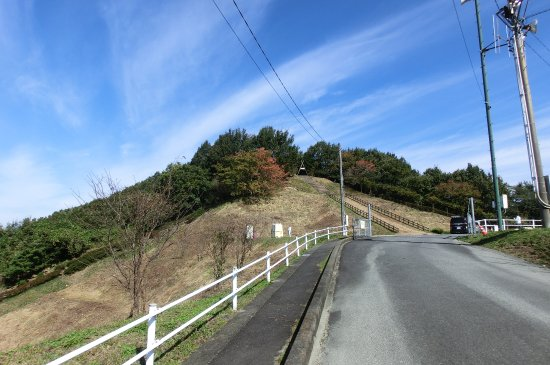 Mitake Castle Ruins Park: 駐車場からは急な登り坂