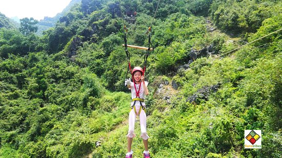 Contea di Yangshuo, Cina: Feel the adrenaline trying ZIP-LINING ans ABSEILING in our base-camp!