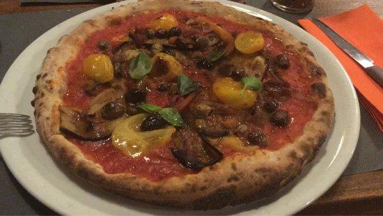Sarezzano, Italy: Pizza con verdure grigliate, pomodorini gialli, olive e capperi