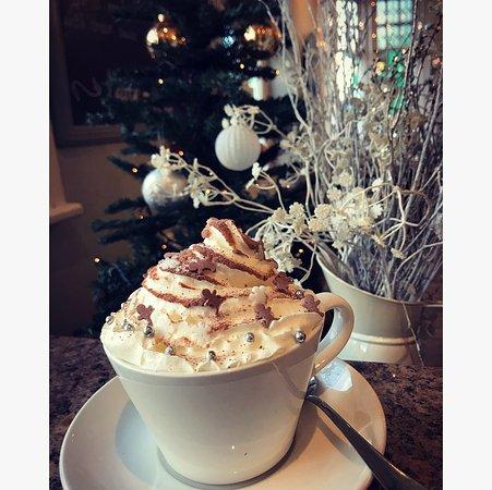Crickhowell, UK: Winter Wonderland hot chocolate at latte-da