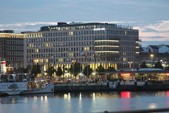 Atlantic Hotel: Außenansicht, Blick Kieler Förde