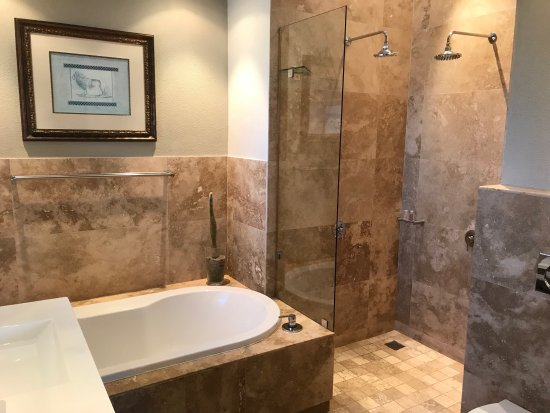 51 On Camps Bay Guesthouse: Deluxe Self-Catering Suite ensuite bathroom