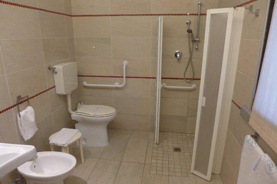 Camere attrezzate con bagno disabili con maniglione e doccia a