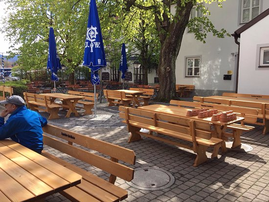 Miesbach, Tyskland: Unser Bier, der Biergarten, ein Blick nach innen, der Haupteingang