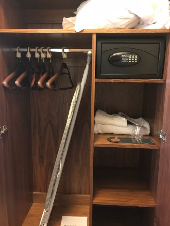 Ettington, UK: Inside the wardrobe, ( extra pillows and towels provided)