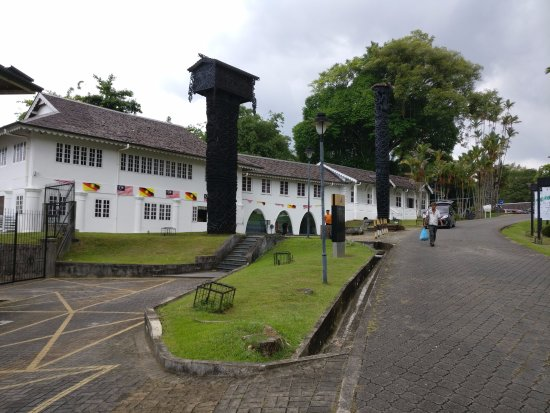 Sarawak Museum: Orang Ulu pole in front of the museum