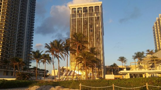 Miami Beach Resort and Spa: Vista da praia hotel.