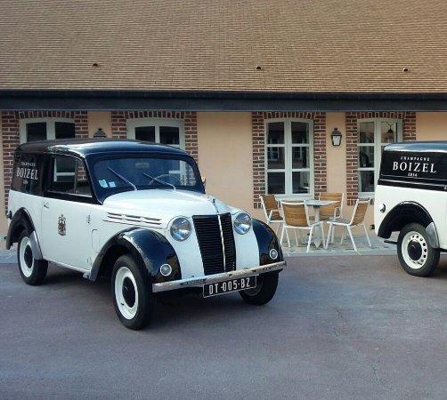 Épernay, France : Estos son los coches que están en el patio. ¿A que apetece dar una vuelta en ellos?