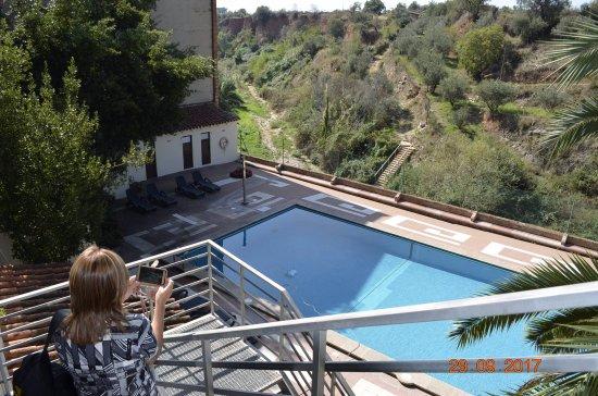 Caldes de Montbui, Spania: La pileta y la vista de la montaña