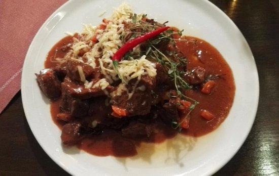 Swierklaniec, Polandia: Placek z gulaszem wołowym