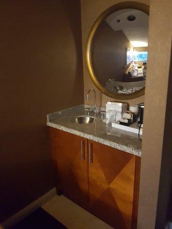 Omni Chicago Hotel: Mini-sink and fridge.