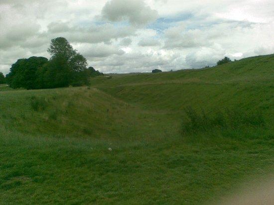 Avebury, UK: Grandes fosos y terraplenes de tierra, de la época megalítica, rodean el círculo de piedras.