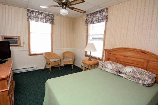 Egg Harbor, Висконсин: This is a corner bay view room with one queen bed overlooking the bay.