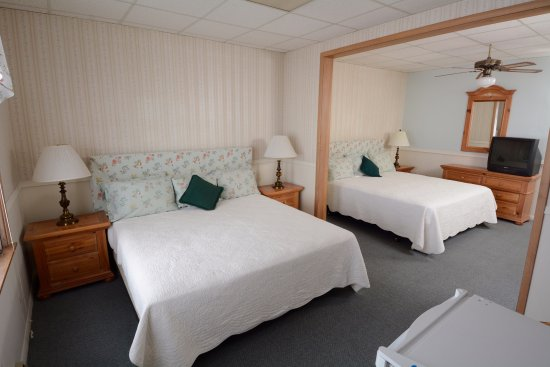 Egg Harbor, Висконсин: The large bay view room with two king beds overlooks the harbor.