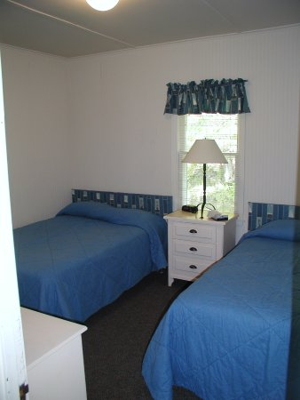 Egg Harbor, Висконсин: One of the bedrooms in a three bedroom cottage on the resort grounds.