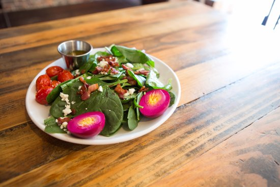 Port Jervis, Estado de Nueva York: Bacon, Lettuce, Tomato Salad at Fox N Hare Brewery