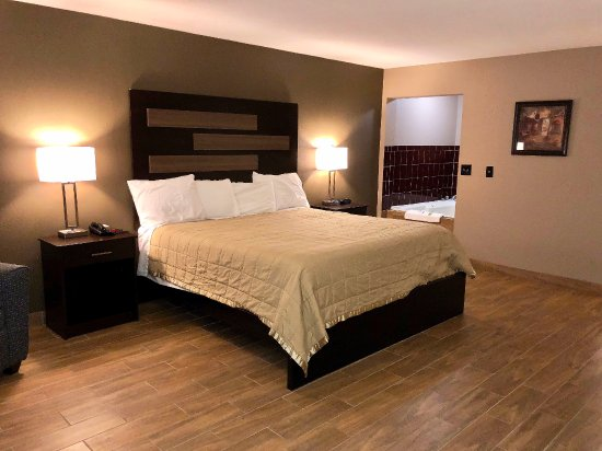 New Boston, TX: One King Bed Jacuzzi