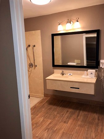 New Boston, TX: Accessible Guest Bathroom