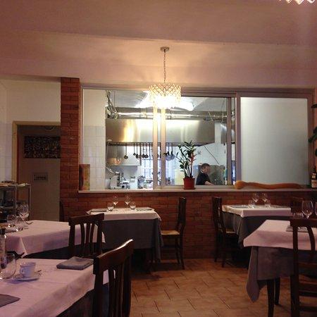 sala con cucina a vista - Picture of Il Duca Bianco, Calosso ...