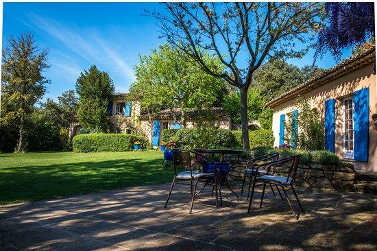 Saint-Marc-Jaumegarde, فرنسا: terrasse et jardin