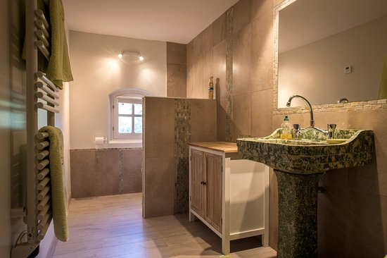 "Saint-Marc-Jaumegarde, فرنسا: salle de bain chambre ""Jardin"""
