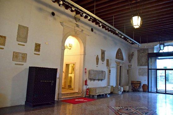Koper, Slovenya: Palazzo Belgramoni Tacco - entrata