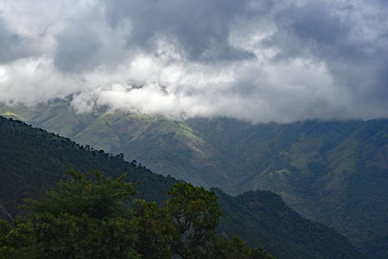 Keeriparai, Indie: View from Keeripparai mountain top of adjoining western ghats