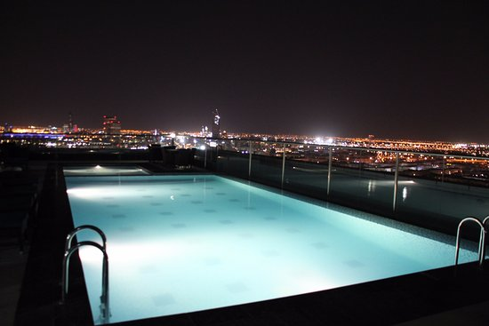 Park Regis Kris Kin Hotel: Pool with a view