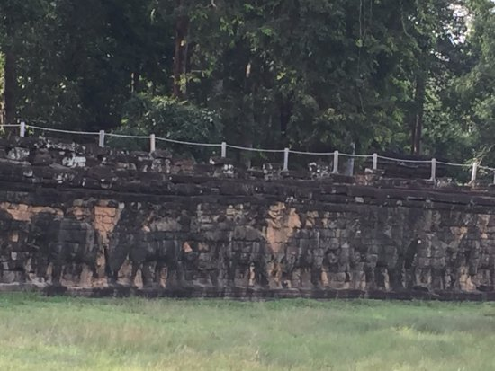 Terrace of the elephants angkor thom angkor for Terrace of the elephants