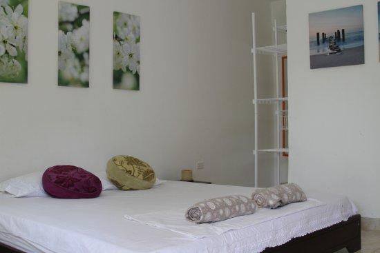 Taganga Dive Inn: Otra de nuestras junior suite con Tv y mayor espacio
