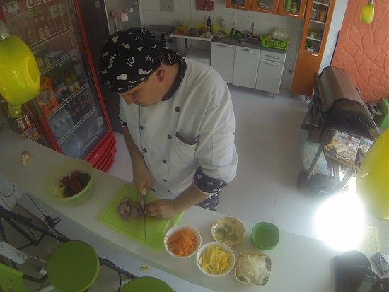 Taganga Dive Inn: Cocina abierta, limpia, con excelente comida para disfrutar.