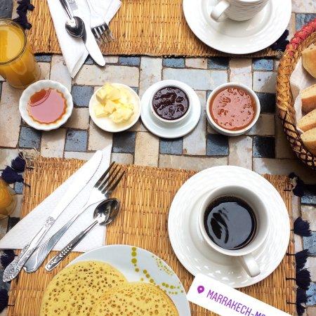 Riad l'Oiseau du Paradis: El desayuno, podíamos elegir te o café, mermeladas caseras exquisitas con distintos panes.