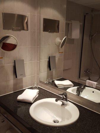Kesselsdorf, Niemcy: Bad mit Badewanne und Duschwand davor