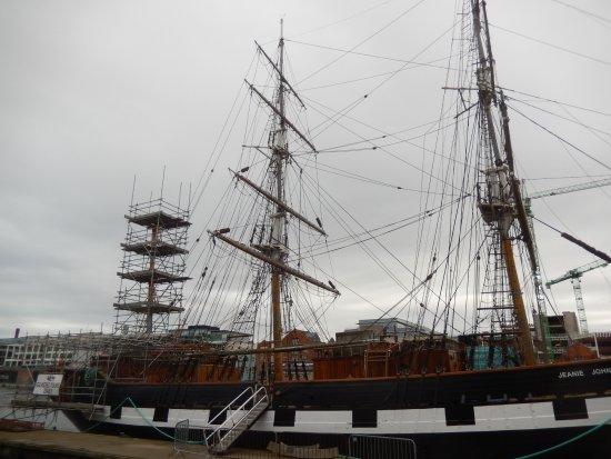 Jeanie Johnston Tall Ship and Famine Museum: Der hintere Mast wurde im Oktober 2017 gerade renoviert.