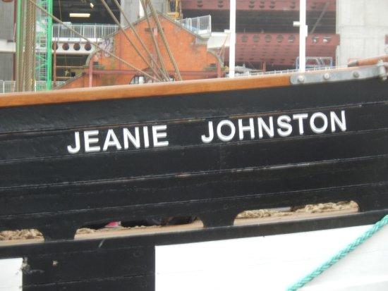 Jeanie Johnston Tall Ship and Famine Museum: Der berühmte Schriftzug am Bug!
