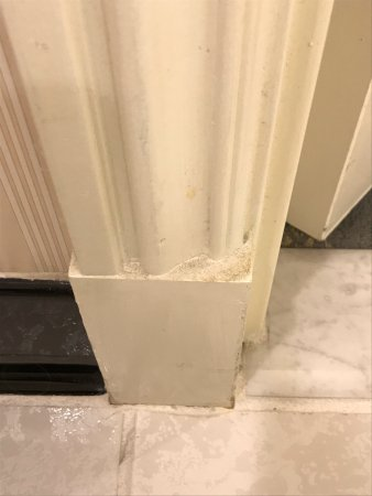 The Orchard Hotel : Example of dirt and dust all over molding around bathroom door