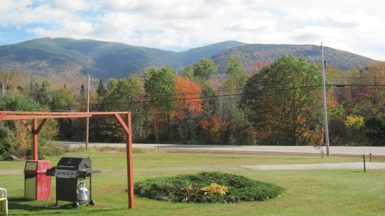 Randolph, Nueva Hampshire: BBQ area and view of mountains