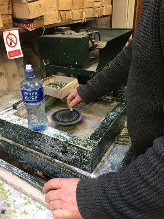 Moycullen, Irlanda: Polishing piece of Connemara marble