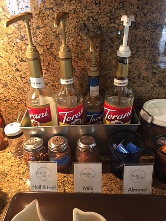 Placerville, Καλιφόρνια: Flavored syrups and choice of milk for coffee