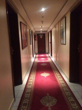 โรงแรมคอเรล: Pasillo hacia las habitaciones.
