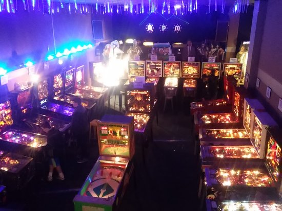 Hendersonville, Kuzey Carolina: Pinball on the main floor and the Video games are on the raised stage.