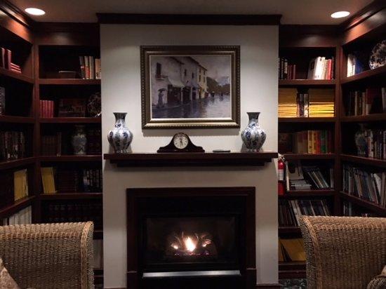 Murphys, CA: Eucalyptus room - gas fireplace