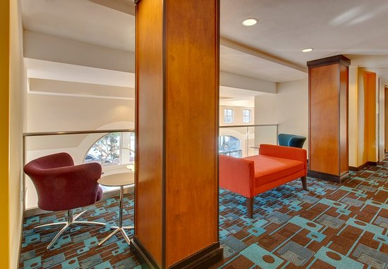 Fairfield Inn & Suites San Francisco Airport/Millbrae: Balcony Seating Area