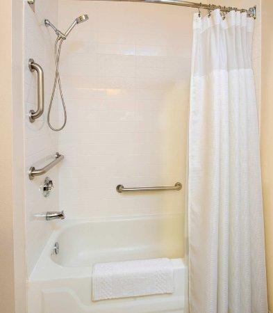 Fairfield Inn Pensacola I-10: Acessible Guest Bathroom