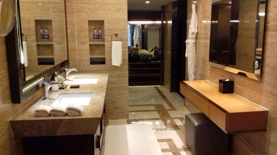 Hilton Beijing Wangfujing: The huge bathroom and walk in closet in the back