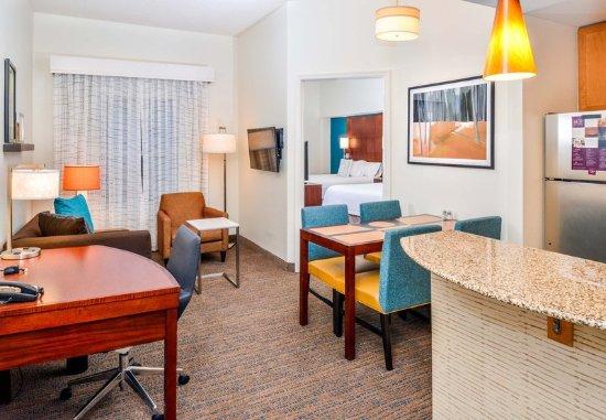 เวย์เนสโบโร, เวอร์จิเนีย: One-Bedroom Queen/Queen Suite - Living Area