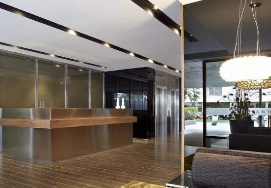 AC Hotel Victoria Suites: Front Desk